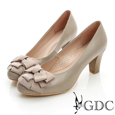 GDC都會-時尚緞帶蝴蝶結造型真皮中跟鞋-卡其色
