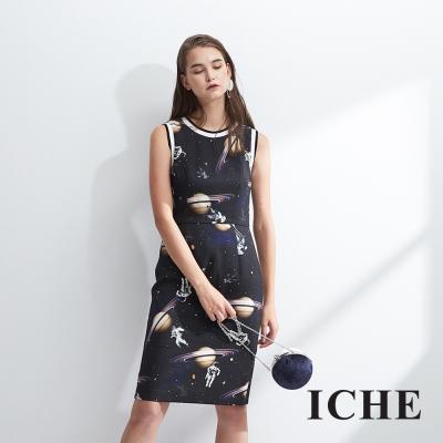 ICHE衣哲 時尚個性科幻星球印花及膝造型洋裝-黑 -動態show