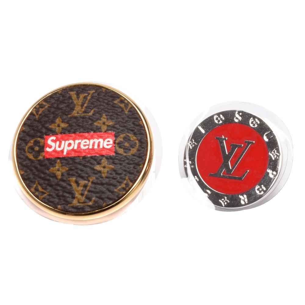 LV MP2076限量款Supreme系列經典Monogram花紋暨字母LOGO造型胸針組
