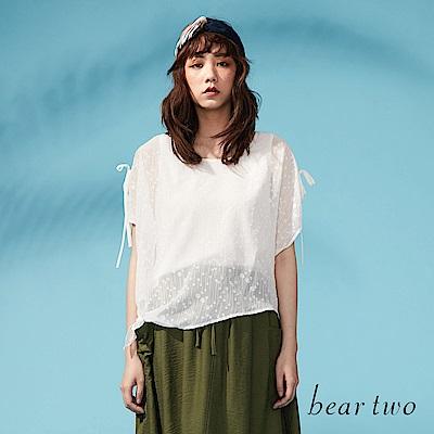 beartwo 兩側肩開衩綁帶燒花造型上衣(二色)