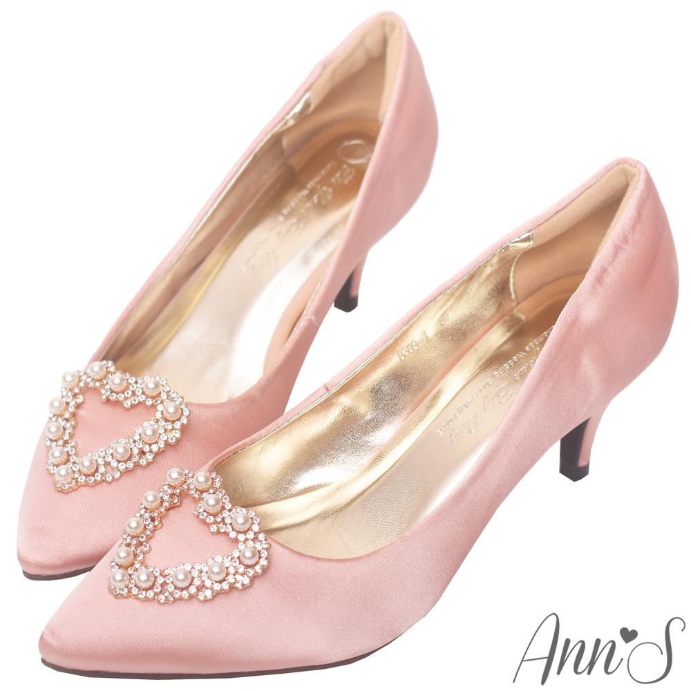 Ann'S奶油甜心-愛心珍珠鑽飾質感緞面尖頭低跟鞋-粉