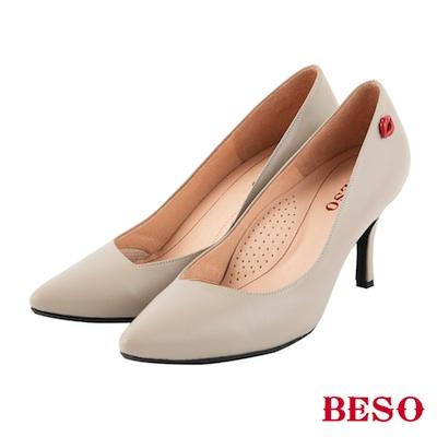 BESO摩登女孩 時尚斜口素面紅唇跟鞋~米