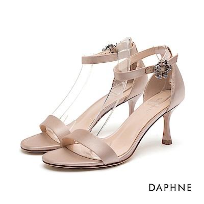 達芙妮DAPHNE 高跟鞋-綢緞一字帶花形圓釦高跟涼鞋-杏