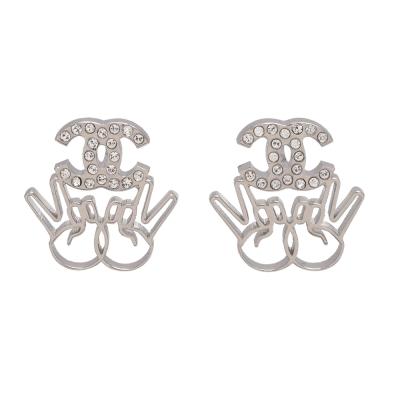 CHANEL 勝利V造型經典雙C LOGO水鑽鑲嵌穿式耳環(銀)