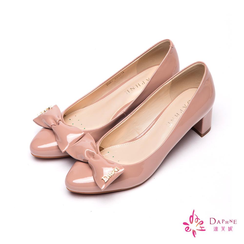 達芙妮DAPHNE 耀眼甜心金色LOGO蝴蝶結高跟鞋-柔美粉