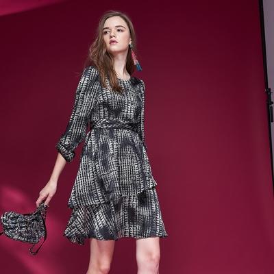 ICHE衣哲 時尚印花荷葉蛋糕疊層修身造型禮服洋裝-黑