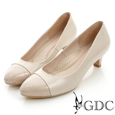 GDC典雅-縫線造型拼接真皮低跟鞋-米杏色