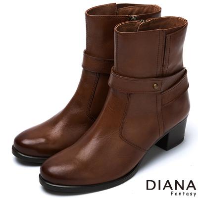 DIANA-經典原色-踝繞式釦帶質感真皮短靴-棕