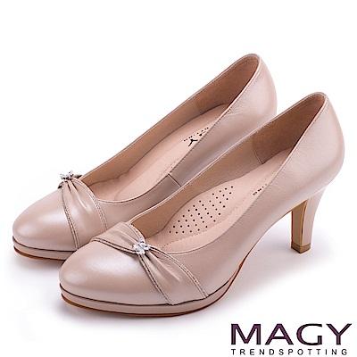 MAGY 美女系專屬 羊皮抓皺水晶花朵飾釦高跟鞋-粉色