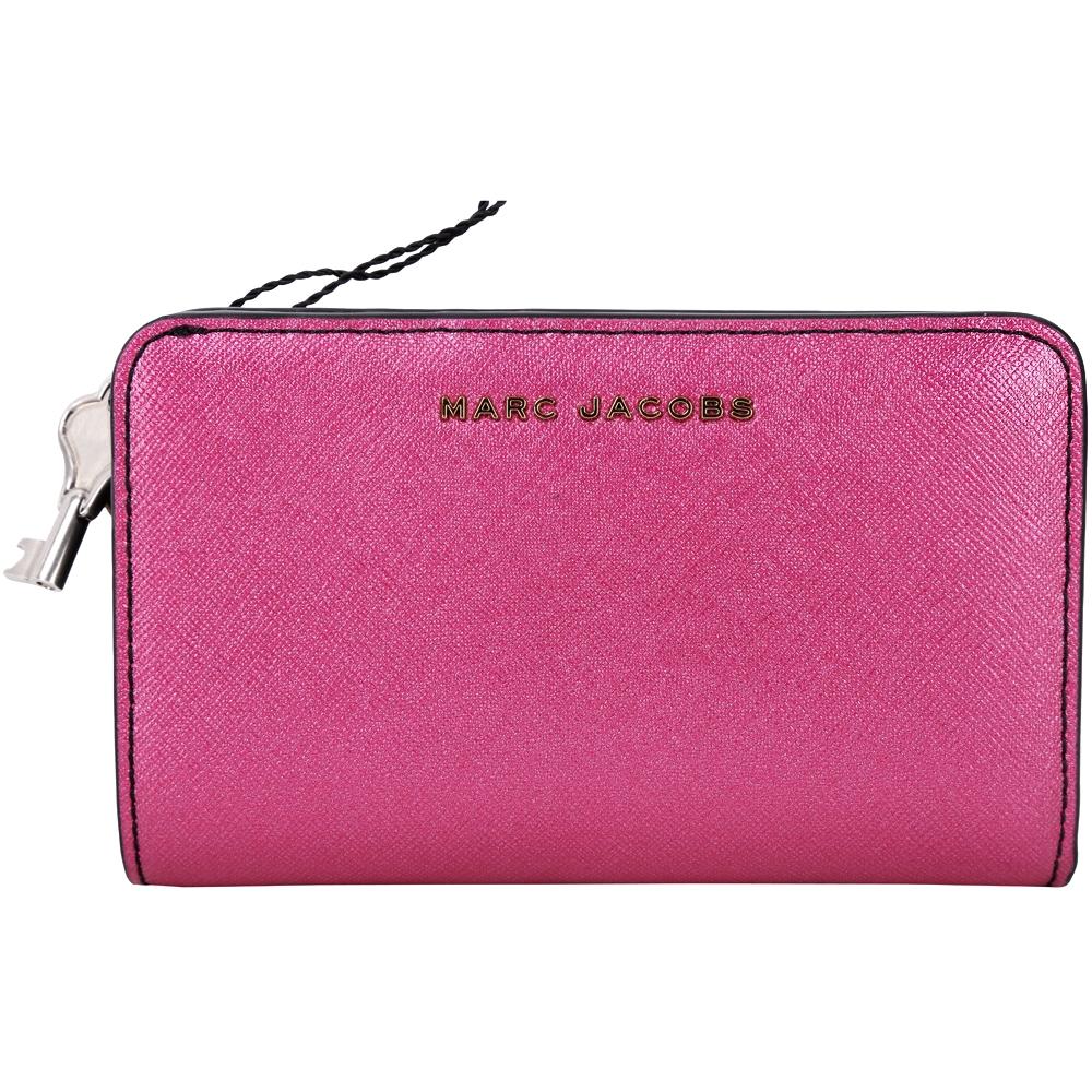 MARC JACOBS 鑰匙拉環桃粉色金屬感防刮皮釦式中長夾 @ Y!購物