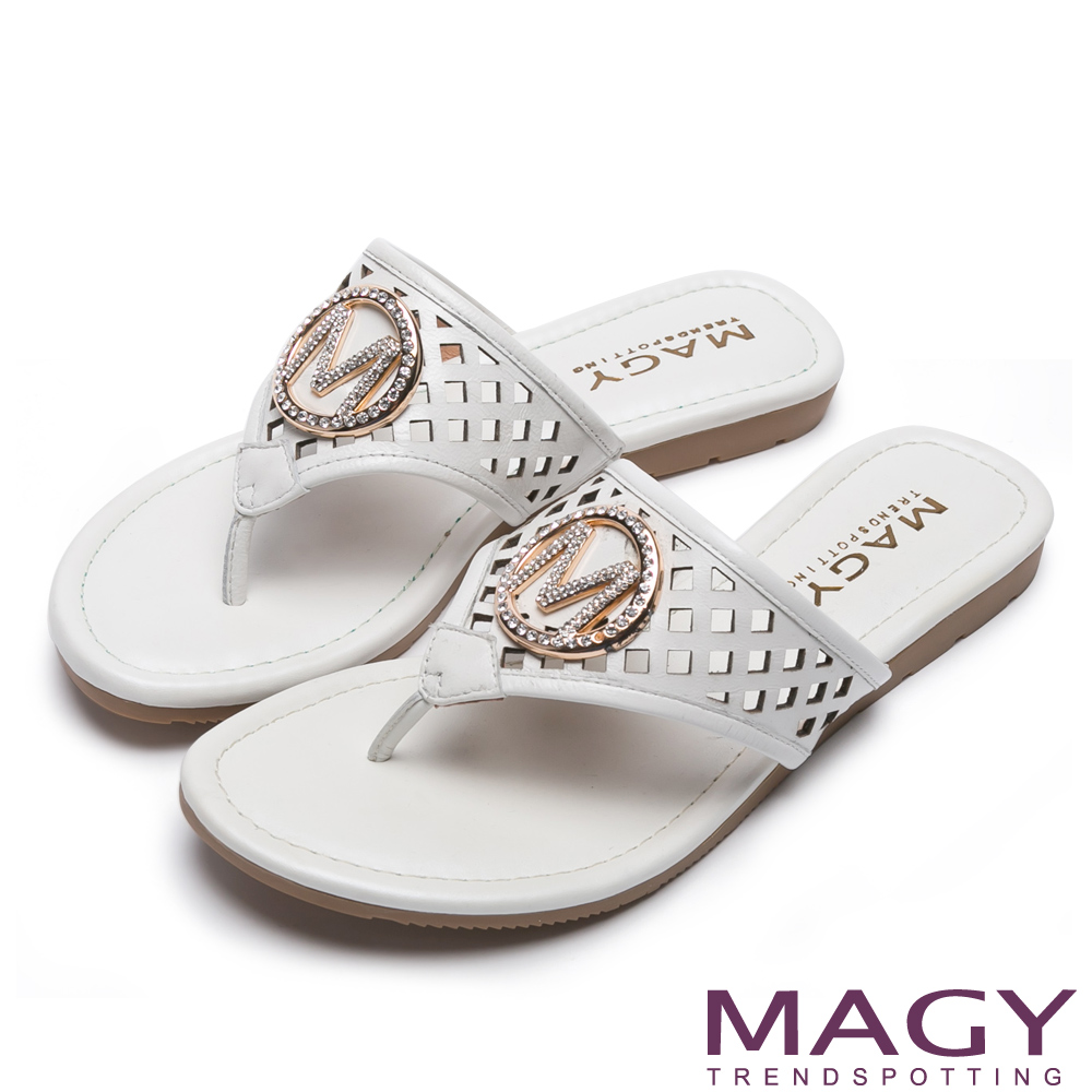 MAGY 迷人耀眼時尚風 經典M飾釦牛皮夾腳拖鞋-白色