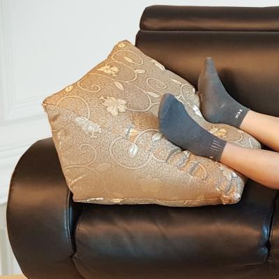 凱蕾絲帝-台灣製造-客廳木椅小憩高支撐緹花三角靠墊/美腿枕-金(1入)