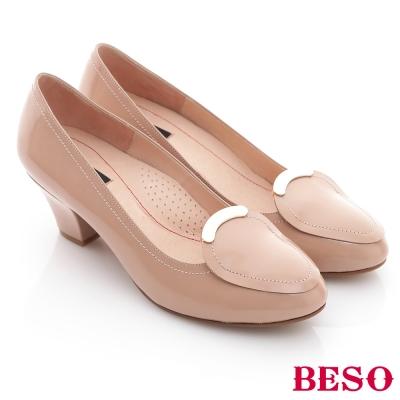 BESO-優雅極簡-鏡面羊皮窩心低跟鞋-裸