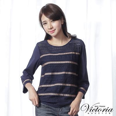 Victoria 蕾絲緞帶異材質拼接七分袖T-女-藍底駝條