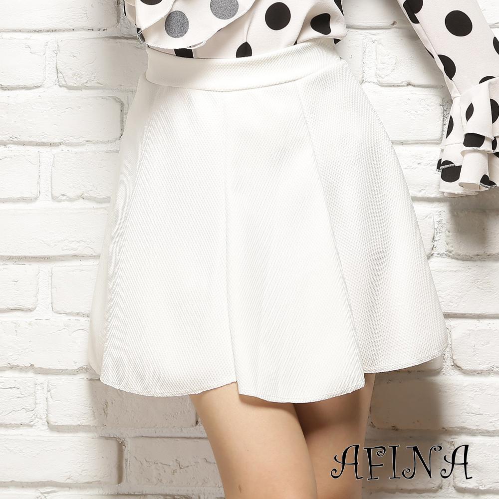 【AFINA】純色斜紋厚感波浪擺短裙-白