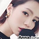 AnnaSofia 幾何長條空線摺疊 大型耳針耳環(金系)
