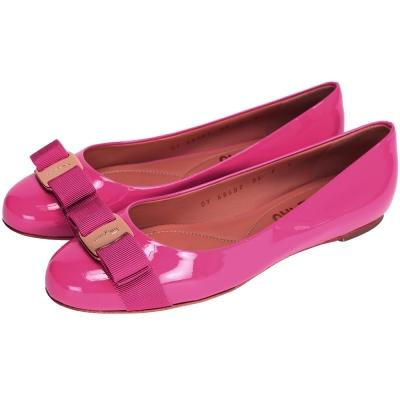 Salvatore Ferragamo VARINA 漆皮娃娃鞋(桃紅色)