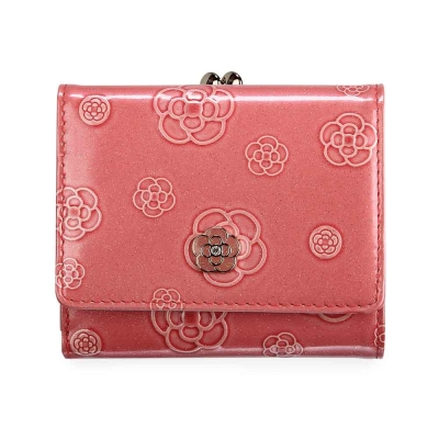 CLATHAS 山茶花壓紋漆皮框式珠扣短夾-桃粉色 @ Y!購物