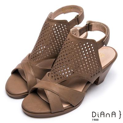 DIANA 時尚美型--交叉線條雕花沖孔繫踝粗跟涼鞋-卡其色
