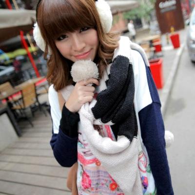 Aimee-Toff-雙色對比毛球造型針織圍巾-黑