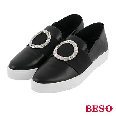 BESO  率性俐落 圓形白鑽飾釦軟皮休閒鞋~黑