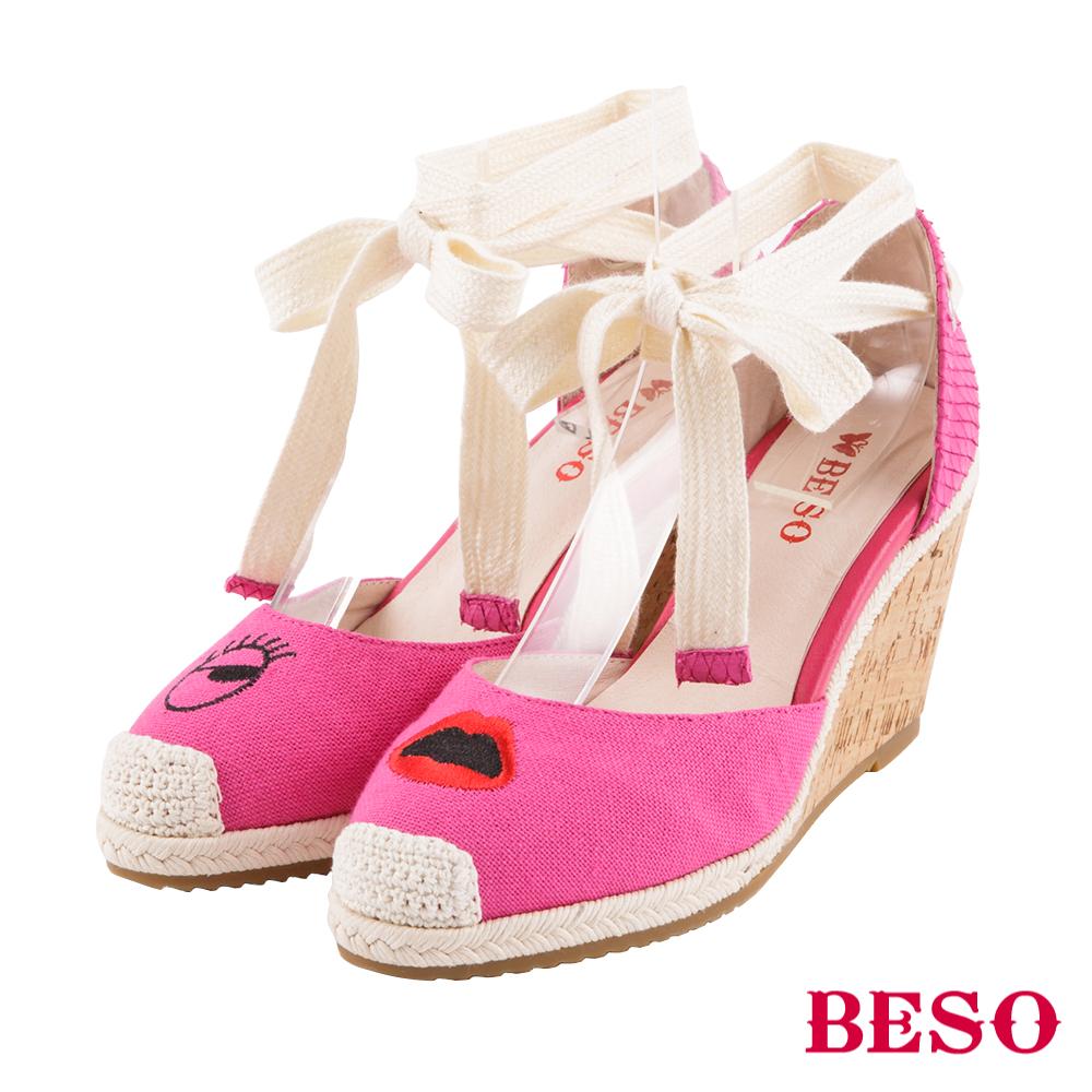 BESO 任性玩趣 不對襯電繡塗鴉綁帶涼鞋~桃粉紅