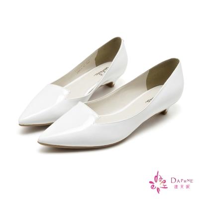達芙妮DAPHNE-簡潔主義素面漆皮尖頭低跟鞋-甜美白