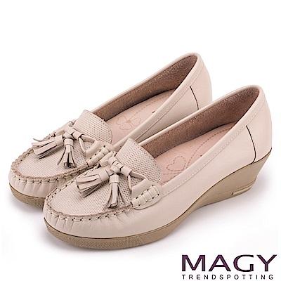 MAGY 柔軟莫卡辛 氣質真皮手縫舒適楔型跟鞋-米色