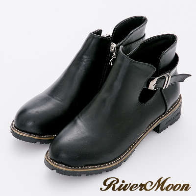 River&Moon短靴-首爾時尚皮帶扣側簍空微尖頭粗跟短靴-個性黑
