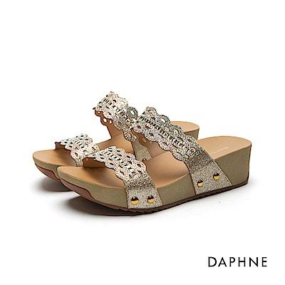 達芙妮DAPHNE 涼鞋-金蔥縷空雕花一字厚底涼拖鞋-金