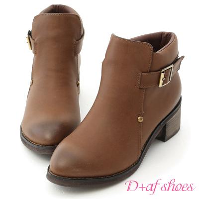 D+AF 流行嚴選.小鉚釘側釦尖頭低跟短靴*棕