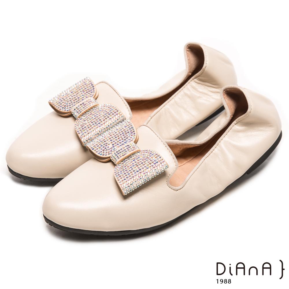 DIANA 心機折學--俏麗尖頭換釦蝴蝶結真皮軟Q口袋鞋-米