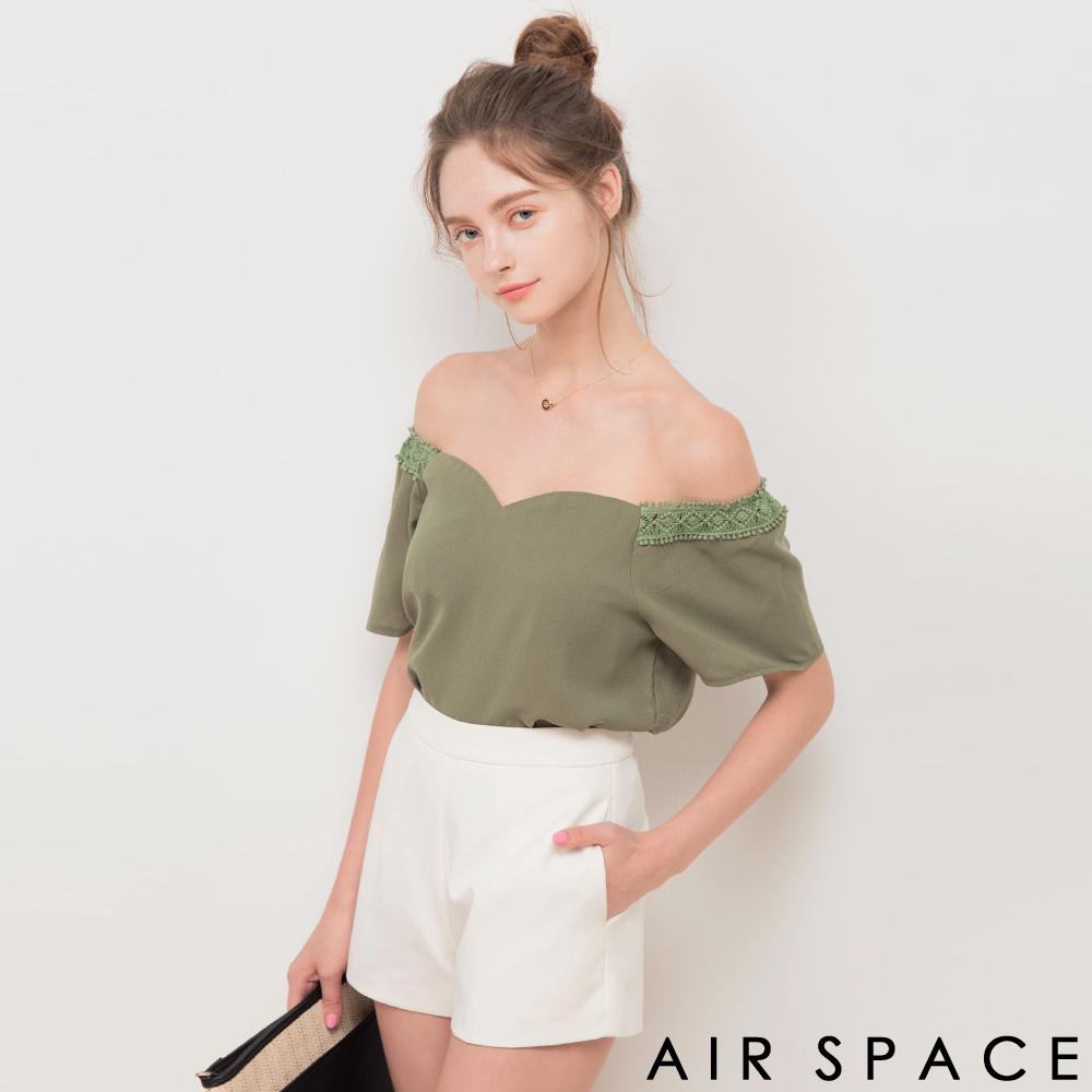 AIR SPACE 拼接蕾絲袖一字領雪紡上衣(軍綠)