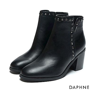 達芙妮DAPHNE 短靴-蠟感牛紋鉚釘鑽飾粗跟踝靴-黑