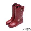 DIANA 貴氣時尚--經典金屬方框菱格修飾雨靴-紅