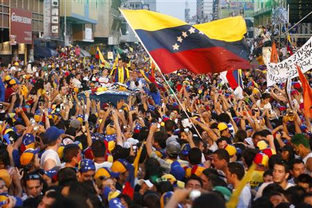 Venezuela's opposition leader and presidential candidate Henrique Capriles (C) greets supporters during a campaign rally in the state of Tachira April 6, 2013. REUTERS/Carlos Garcia Rawlins