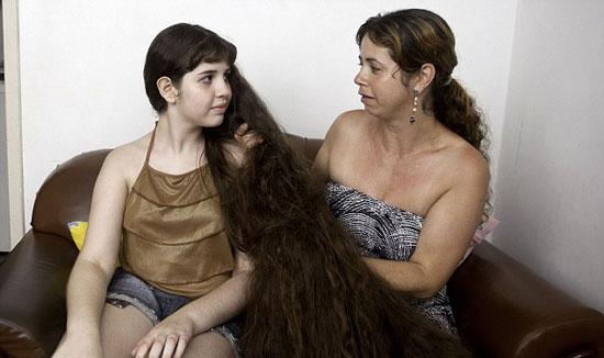 فتاة تبيع شعرها الطويل